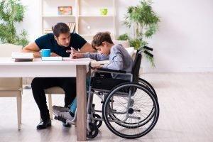 ein vater unterrichtet sein behindertes kind