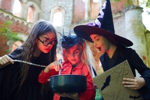 als Hexen verkleidete Mädchen lösen ein Rätsel