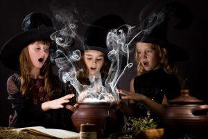 Als hexen verkleidete Kinder brauen etwas zusammen