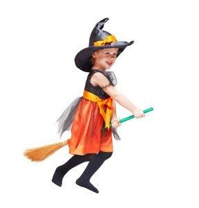 Kind als Hexe verkleidet auf einem Besen