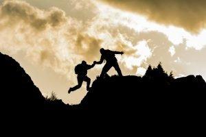 Bergsteiger hilft anderem Bergsteiger