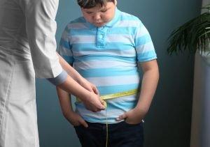 Arzt misst den Bauchumfang eines Kindes