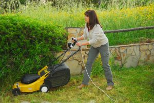 Frau mit Rasenmäher
