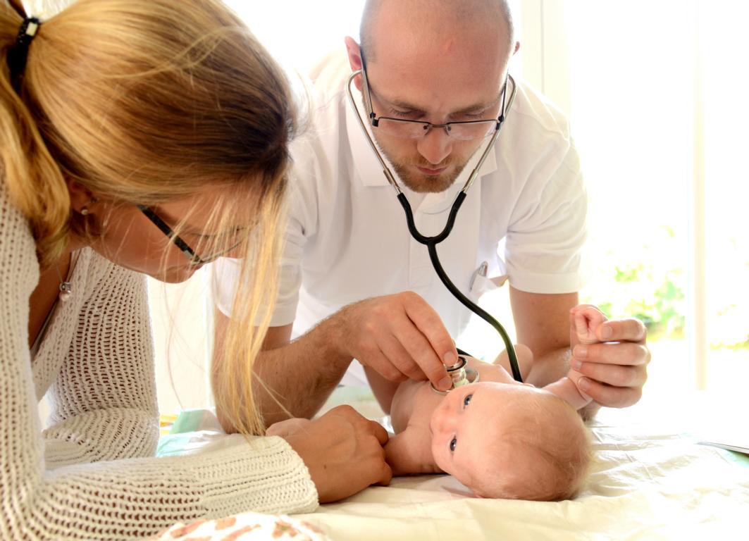Ärzte untersuchen Baby