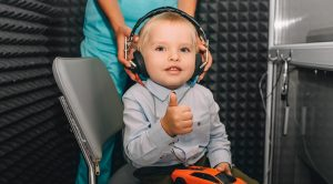 Kind macht einen Hörtest