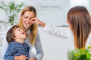 homoeopathisches mittel wird einem kind verabreicht