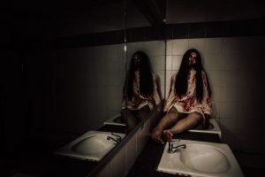 Frau liegt blutend in der Ecke