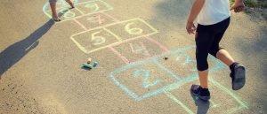 ein auf die strasse gezeichnetes huepfspiel fuer kinder