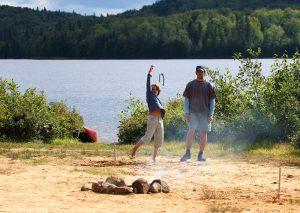 Vater und Sohn beim Hufeisen werfen
