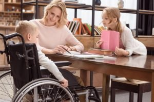 Familie mit Sohn im Rollstuhl