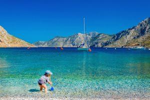 kleines Kind spielt am Strand