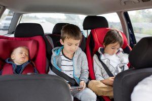 Kinder beschäftigen im Auto