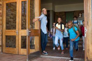 kinder rennen aus der schule