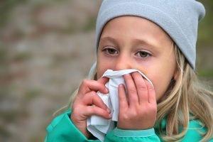 erkältetes Mädchen putzt sich die Nase