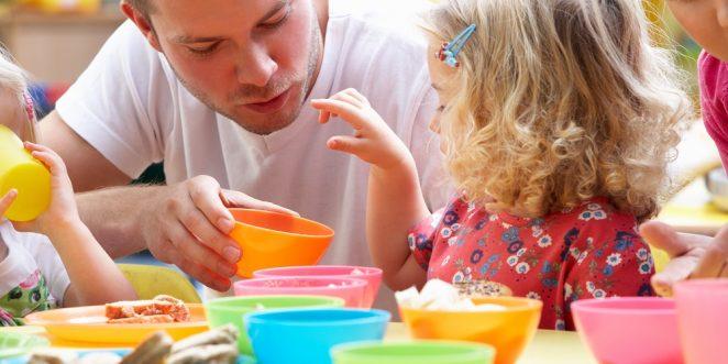 Kind isst in der Kita