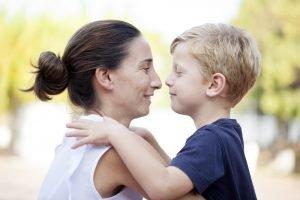Mutter und Kind halten sich in den Armen