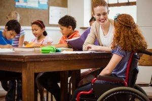 Heilerziehungspflegerin arbeitet als Integrativkraft in der Schule