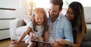 Eltern und Kind am Tablet