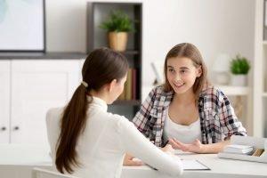 Mutter hat ein Gespräch mit einer Mitarbeiterin des Jugendamts