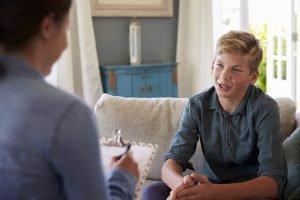 Jugendlicher in einer Therapiesitzung