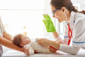 kinderaerztin untersucht ein baby
