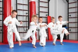 Kinder beim Karate-Training