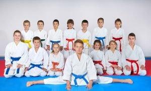 Kinder betreiben Kampfsport