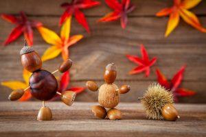 Kastanienfamilie mit Herbstblättern