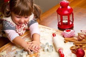 Kind sticht Kekse aus
