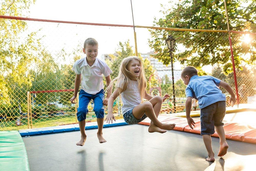 kinaesthetische wahrnehmung bie kindern auf einem trampolin