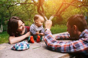 junge familie mit einem adoptierten kind