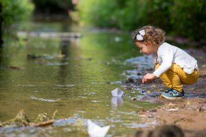 Kind schaut aufs Wasser