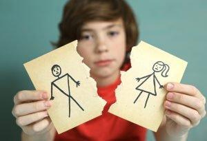 ein kind haelt zwei karten in der hand die mutter und vater bei einer trennung zeigen