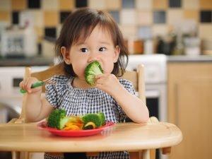 kleines Kind isst Gemüse