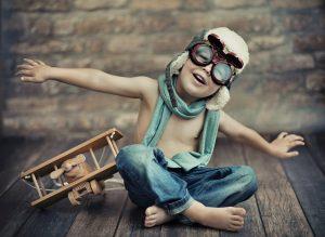 ein kind spielt mit einem flugzeug