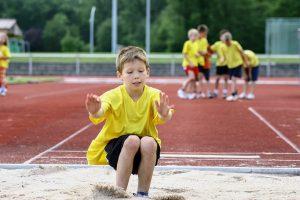 Kinder beim Weitsprung-Training