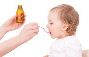 in kind bekommt medizin aus einem flaeschchen