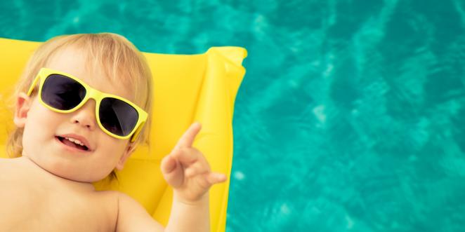 Kind entspannt am Pool