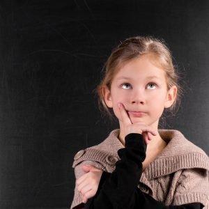 Kind überlegt, ob die Belohnung ausreicht