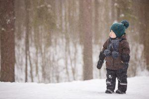 Kleinkind in Winterkleidung im Wald