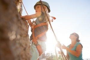 Kind beim Klettern