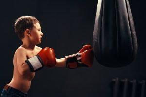 Kind trainiert an einem Boxsack