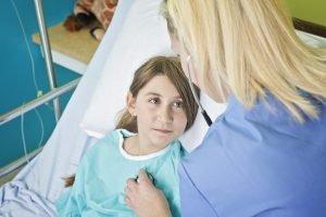 Kind mit Mukoviszidose im Krankenhaus