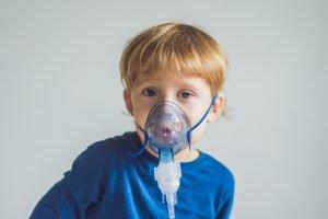 Kind mit Atemgerät