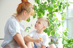 Kind unterhält sich mit Mutter