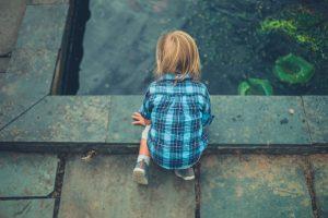 kleines Kind nah an einem Teich