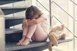 trauriges Kind auf stufen