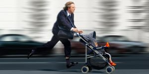 Vater rennt mit einem Kinderwagen