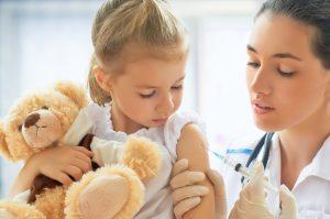 Kind wird von Ärztin geimpft