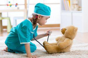 Kind spielt Arzt mit dem teddy